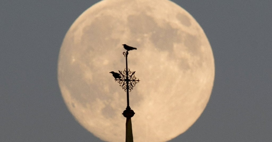 12.jul.2014 - Lua cheia ilumina o céu de Berlim, na Alemanha na noie de 11 de julho. Neste fim de semana ocorre o fenômeno conhecido como superlua, quando a Lua está mais próxima da Terra e parece maior e mais brilhante