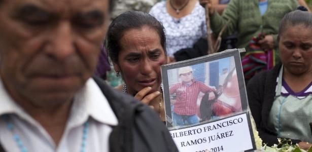 Moradores de Chiantla, cidade na Guatemala, participam do funeral de Gilberto Ramos, que morreu no deserto do Texas (EUA) quando tentava entrar ilegalmente no país
