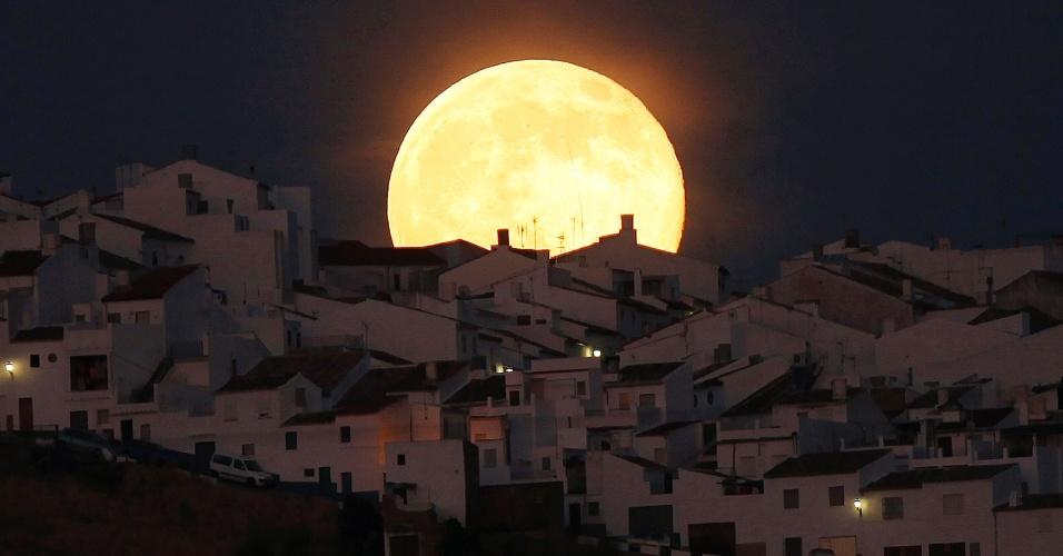 12.jul.2014 - Superlua aparece sobre casas na região de Olvera, que fica na província de Cádis (Espanha). O evento astronômico ocorre quando a lua se aproxima da órbita da Terra, fazendo com que ela pareça maior e mais brilhante que o normal