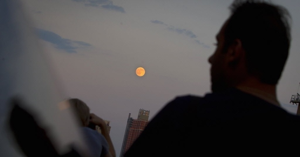 12.jul.2014 - Superlua atrai o olhar de curiosos em Nova York. Os cientistas usam essa denominação para explicar o momento em que a Lua está mais próxima da Terra e parece maior e mais brilhante