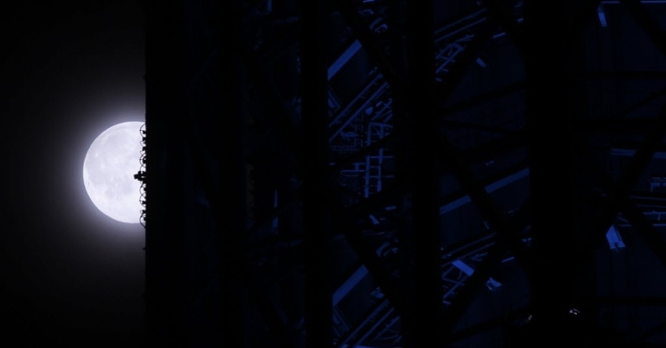 12.jul.2014 - Superlua é vista próxima a Tokyo Sky Tree, a torre de transmissão mais alta do mundo, com 634 metros, em Tóquio. Os cientistas usam essa denominação para explicar o momento em que a Lua está mais próxima da Terra e parece maior e mais brilhante