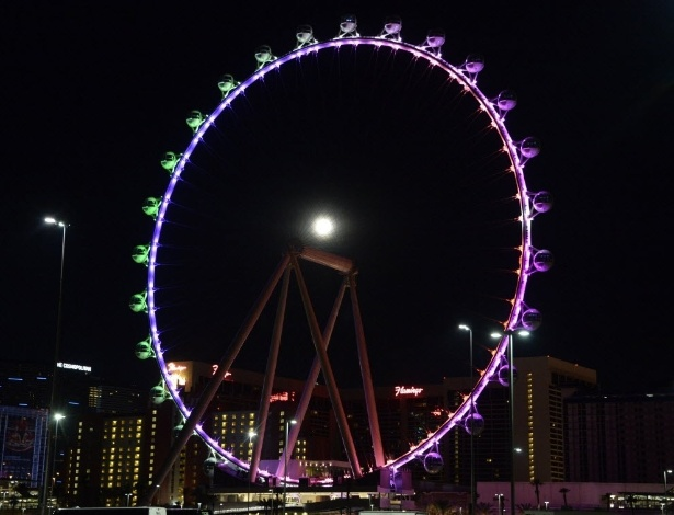 12.jul.2014 - Superlua se destaca atrás de roda gigante em Las Vegas, nos EUA. O fenômeno acontece quando a Lua atinge seu ponto mais próximo à Terra enquanto está em sua fase cheia
