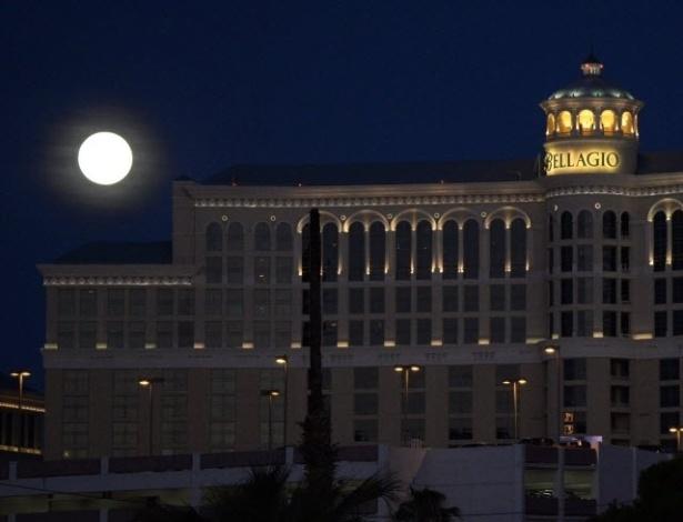 12.jul.2014 - Superlua se destaca no céu de Las Vegas, sobre o hotel Bellagio. Os cientistas usam essa denominação para explicar o momento em que a Lua está mais próxima da Terra e parece maior e mais brilhante