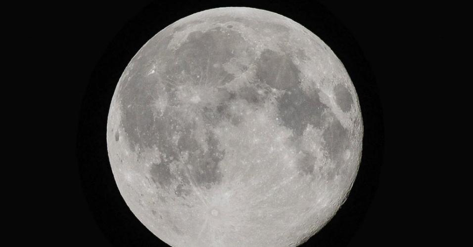 13.jul.2014 - Lua cheia ilumina o céu a vila de Gutkow, região central da Polônia. O evento astronômico conhecido como superlua ocorre quando a Lua se aproxima da órbita da Terra, fazendo com que ela pareça maior e mais brilhante que o normal