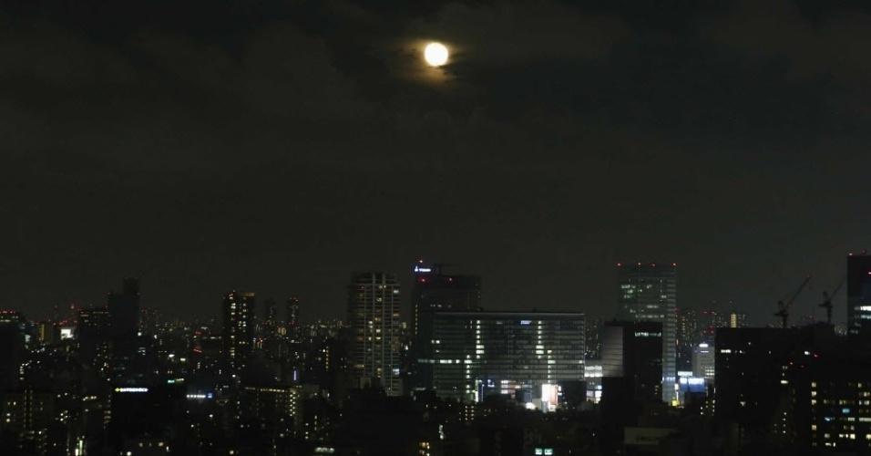 13.jul.2014 - Superlua ilumina o céu de Tóquio, no Japão. A superlua ocorre quando a Lua se aproxima da órbita da Terra, fazendo com que ela pareça maior e mais brilhante do que o normal