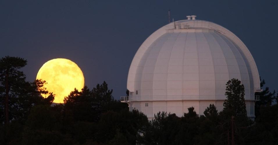 13.jul.2014 - Superlua próxima ao observatório astronômico Monte Wilson, em Los Angeles, EUA. A superlua ocorre quando a Lua se aproxima da órbita da Terra, fazendo com que ela pareça maior e mais brilhante do que o normal