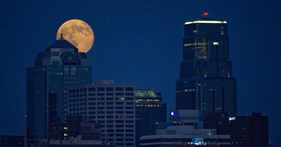 13.jul.2014 - Superlua se destaca entre o topo de edifícios no Kansas, EUA. A superlua ocorre quando a Lua se aproxima da órbita da Terra, fazendo com que ela pareça maior e mais brilhante do que o normal