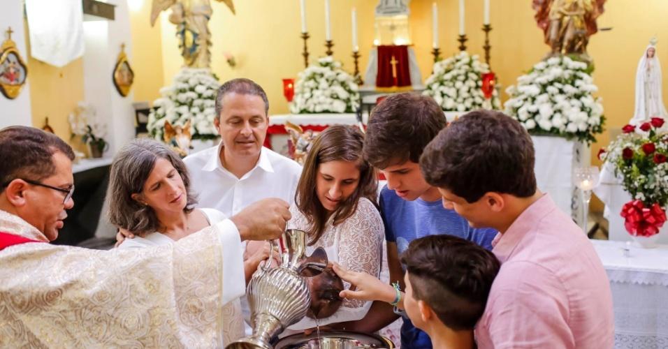 13.jul.2014 - O ex-governador de Pernambuco Eduardo Campos, candidato do PSB à Presidência, não teve compromissos da campanha eleitoral neste domingo (13) devido ao batizado de seu filho mais novo, Miguel, de cinco meses. A cerimônia aconteceu em Recife (PE)