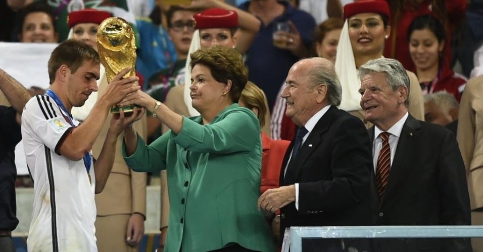 14.jul.2014 - A presidente Dilma Rousseff entrega a taça da Copa do Mundo ao capital da seleção alemã, Philipp Lahm, após a final entre Alemanha e Argentina no estádio do Maracanã, no Rio de Janeiro