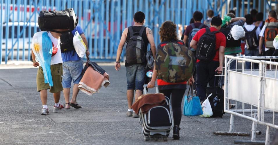 14.jul.2014 - Argentinos começam a deixar o sambódromo no Rio de Janeiro, nesta segunda-feira (14). Os muros do local amanheceram pichados com inscrições provocativas ao Brasil e a Pelé