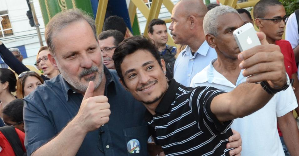 14.jul.2014 - Armando Monteiro, candidato do PTB ao governo de Pernambuco, posa para