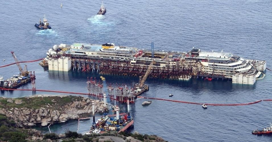 14.jul.2014 - O navio Costa Concordia voltou a flutuar nesta segunda-feira (14), dois anos e meio após o naufrágio que provocou a morte de 32 pessoas na costa italiana. A embarcação será levada até o porto de Gênova, no noroeste do país, onde será desmontada