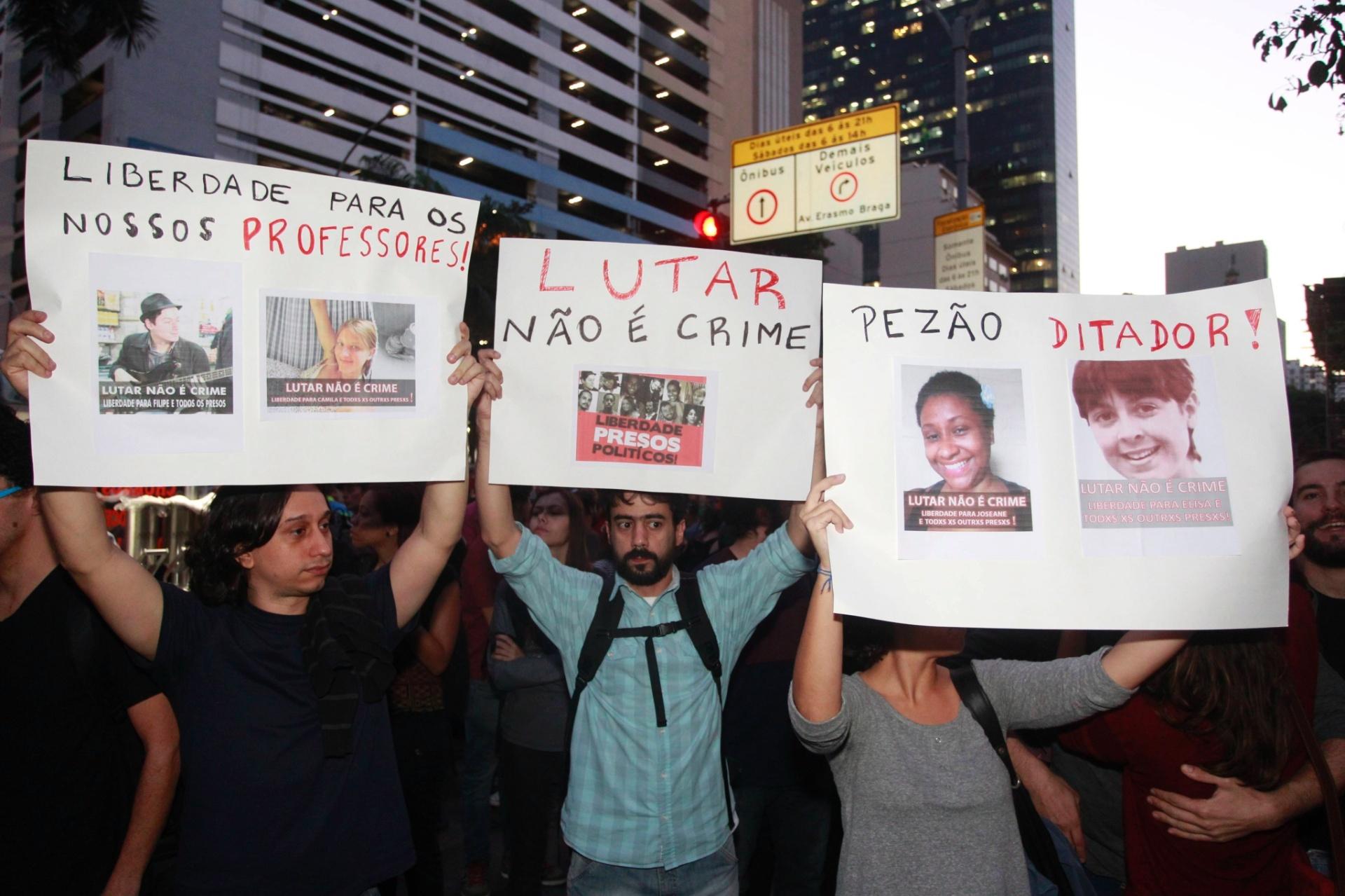 46ca3fe4c4797 15.jul.2014 - Manifestantes erguem cartazes durante protesto contra a  prisão de ativistas