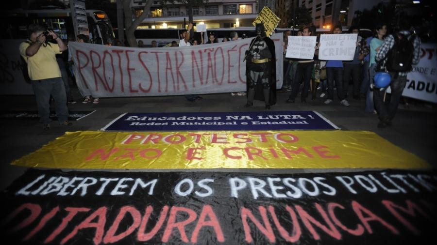 15.jul.2014 - Manifestantes protestam contra a prisão de ativistas envolvidos com manifestações na véspera da final da Copa do Mundo - Tomaz Silva/Agência Brasil