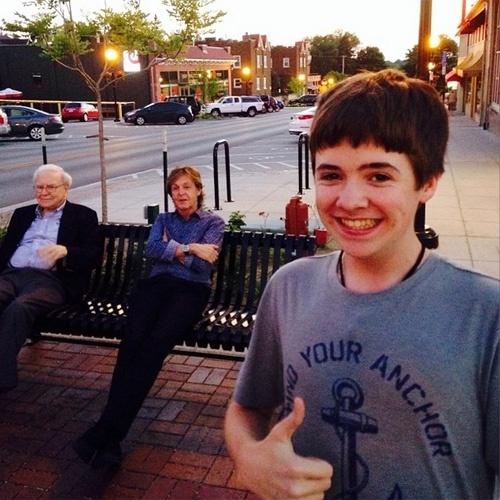 15.jul.2014 - O adolescente Tom White, de Ohama (Nebraska), tirou um selfie em que o músico Paul McCartney e o bilionário Warren Buffett aparecem ao fundo. A imagem foi feita no dia 13 de julho e postada na conta do jovem no Instagram. Ao ''Huffington Post'', White contou que foi com um amigo até uma sorveteria de sua cidade, onde o ex-Beatle estava. Ele queria um autógrafo em sua guitarra, mas o guarda-costas só permitiu que ele tirasse a foto. ''Apenas vê-lo foi incrível'', contou