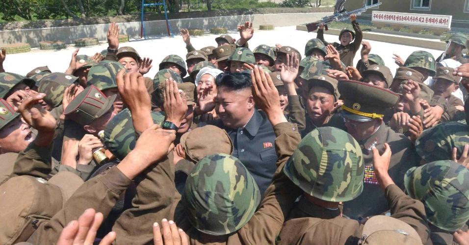 15.jul.2014 - O líder norte-coreano Kim Jong-Un é ovacionado por soldados durante inspeção de uma base militar em Pyongyang. A foto, sem data definida, foi divulgada nesta terça-feira (15) pela agência de notícias do país