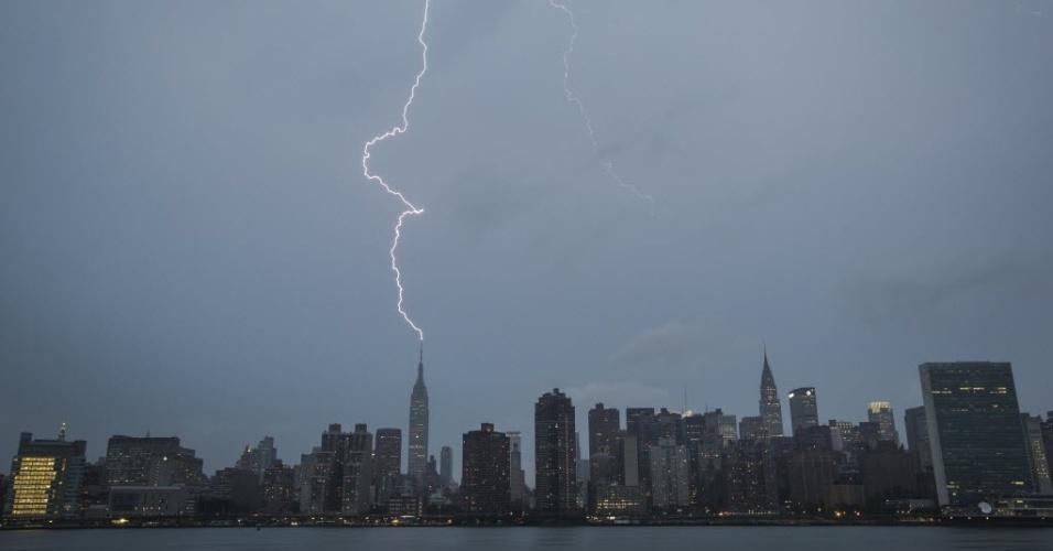 15.jul.2014 - Raio atinge o Empire State Building durante uma tempestade de verão, em Nova York nos Estados Unidos, nesta terça-feira (15)