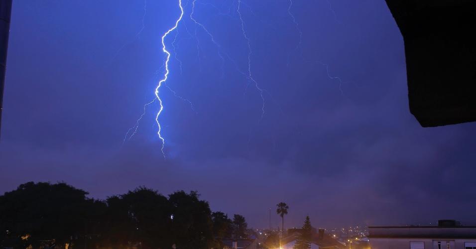 15.jul.2014 - Raios são vistos no céu da cidade de Santana do Livramento, no Rio Grande do Sul, nesta terça-feira (15)