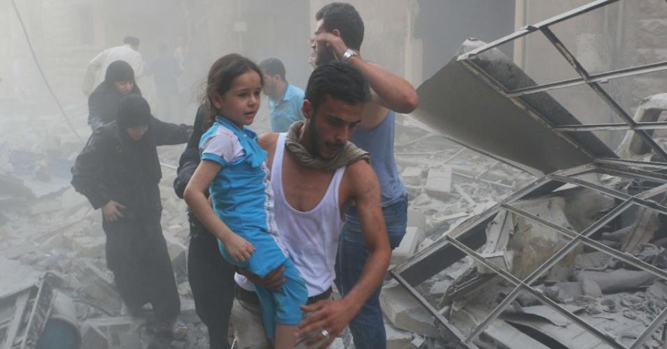 15.jul.2014 - Um homem carrega uma garota nos braços enquanto passa por destroços após um ataque aéreo de forças leais ao governo no norte da cidade de Aleppo, na Síria, nesta terça-feira (15). Mais de 170 mil pessoas foram mortas em três anos de guerra civil, um terço delas civis, de acordo com o Observatório Sírio de Direitos Humanos
