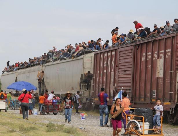 16.jul.2014 - Imigrantes da América Central entram no trem de carga chamado 'La Bestia' (A Besta), tentando chegar à fronteira entre México e EUA, em Arriaga (México)