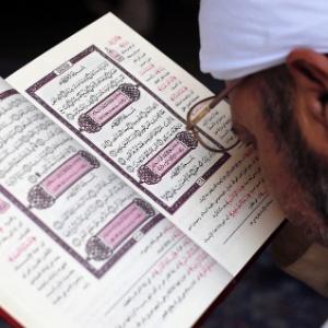 Homem lê Alcorão em mesquita