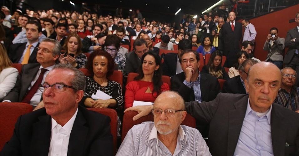 16.jul.2014 - O auditório do Teatro Folha, no shopping Pátio Higienópolis, em São Paulo, ficou lotado durante a  abatina com o candidato do PSDB à Presidência da República, Aécio Neves