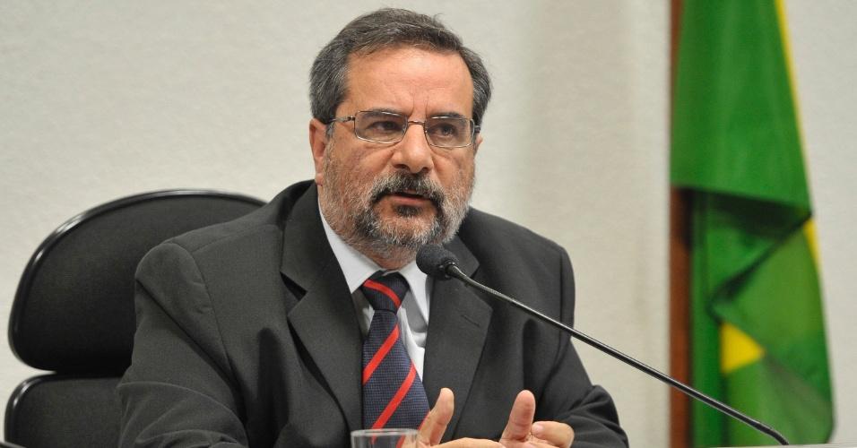 16.jul.2014 - O gerente-geral de Implementação de Empreendimentos da Petrobras, Glauco Colepicolo Legati, explica os motivos do atraso e custo da Refinaria Abreu e Lima, durante audiência no Senado, nesta quarta-feira (16). A CPI (Comissão Parlamentar de Inquérito) mista da Petrobras aprovou nesta quarta-feira (16), por 16 votos, as quebras dos sigilos bancário, telefônico, fiscal e telemático (email) do doleiro Alberto Youssef e do ex-diretor de Abastecimento da Petrobras Paulo Roberto Costa