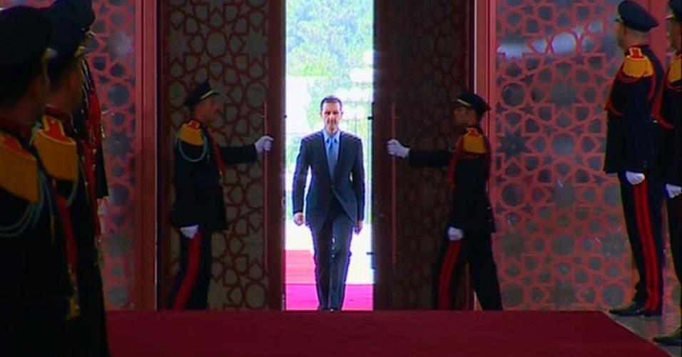 16.jul.2014 - O presidente da Síria, Bashar al-Assad, chega para tomar posse para um novo mandato de sete anos no palácio presidencial em Damasco, nesta quarta-feira (16). A eleição de Assad, considerada uma farsa por seus oponentes, foi realizada no mês passado em áreas do centro e norte da Síria que permanecem sob controle do governo
