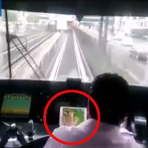 Condutor aparece nas filmagens jogando 'Farmville' enquanto comanda metrô no México