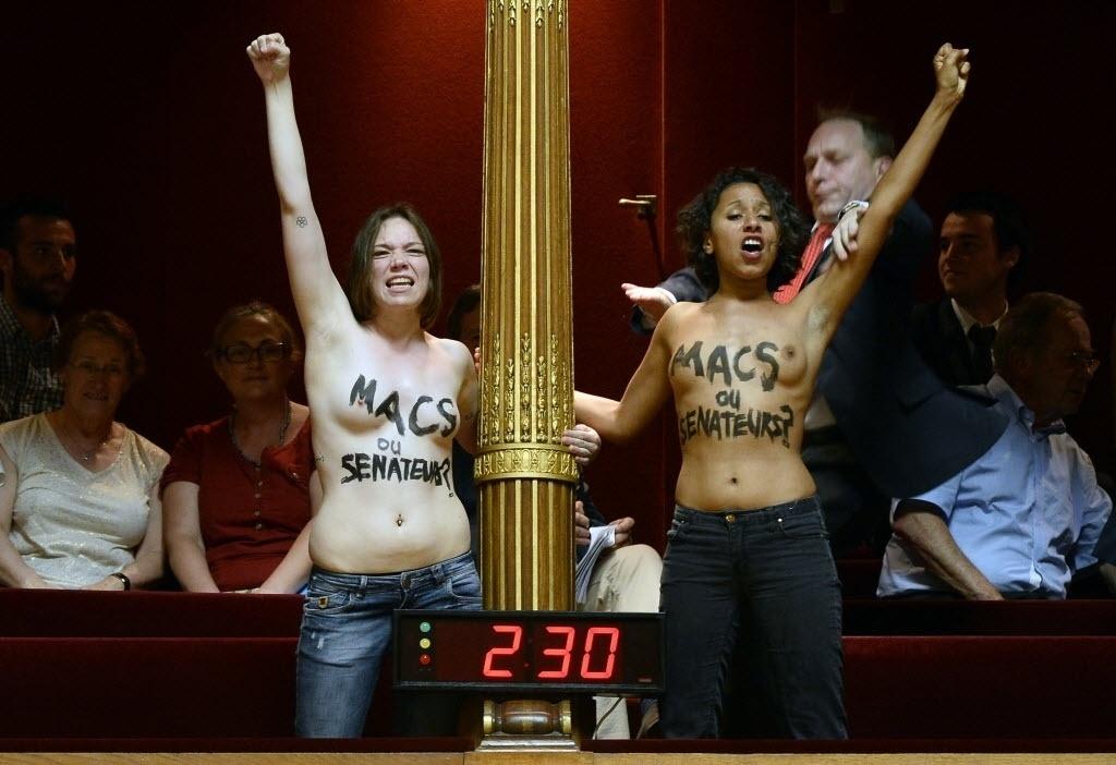17.jul.2014 - Ativistas do Femen fazem topless durante uma sessão no Senado francês, nesta quinta-feira (17), em Paris. As manifestantes, que gritavam