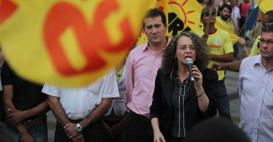17.jul.2014 - Luciana Genro, candidata do PSOL à Presidência da República, acompanhada pelo seu vice, Jorge Paz, estiveram em campanha no centro de Campinas, no interior paulista, nesta quinta-feira (17)