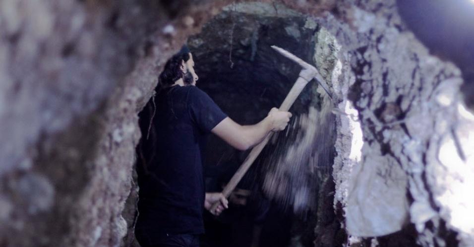 17.jul.2014 - Membro do grupo rebelde islâmico Frente Al-Nusra cava túnel embaixo de posto militar do governo da Síria na cidade de Aleppo, no norte do país. A Frente Al-Nusra costuma usar túneis para colocar grandes quantidades de explosivos sob bases controladas pelo regime sírio