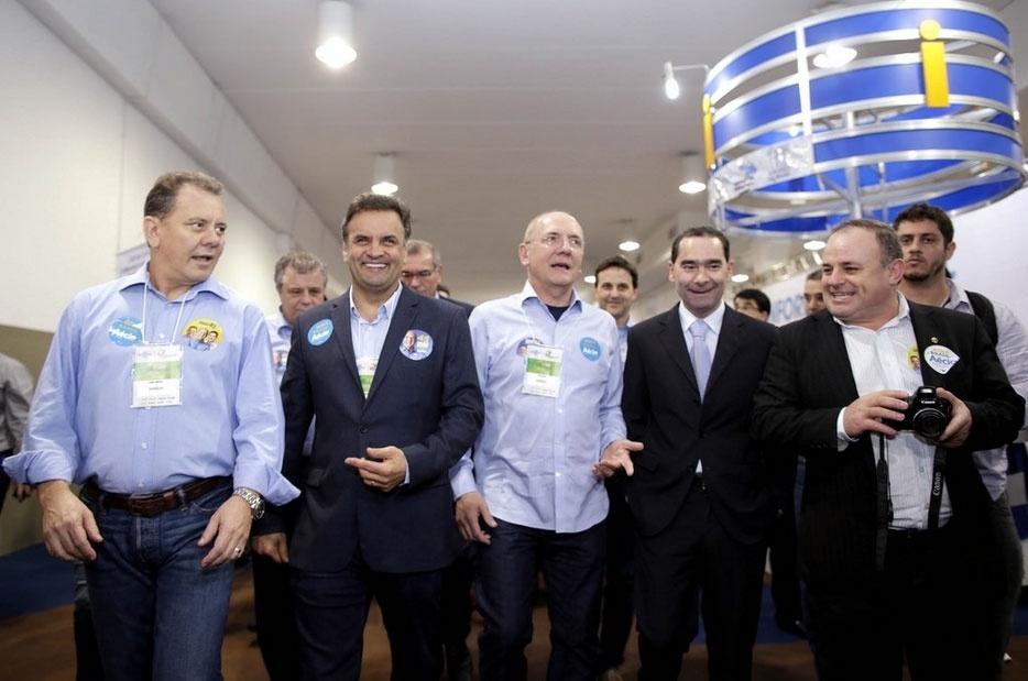 17.jul.2014 - O candidato do PSDB à Presidência da República, Aécio Neves, participou de caminhada pela Feira do Empreendedor Sebrae no Centosul, em Florianópolis, Santa Catarina, nesta quinta-feira (17)