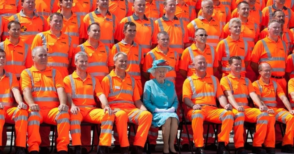 17.jul.2014 - Rainha Elizabeth 2º posa para uma foto com trabalhadores da construção civil, nesta quinta-feira (17), durante a abertura oficial das instalações remodeladas na Estação Ferroviária Reading, em Londres