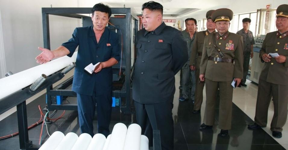 18.jul.2014 - Líder norte-coreano Kim Jong-Un inspeciona loja de tubos plásticos na Coreia do Norte. A foto, sem data definida, foi divulgada nesta sexta-feira (18) pela agência de notícias do país