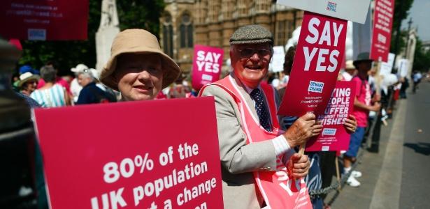 Manifestantes pedem aprovação de projeto de lei que legaliza a morte assistida, no Reino Unido