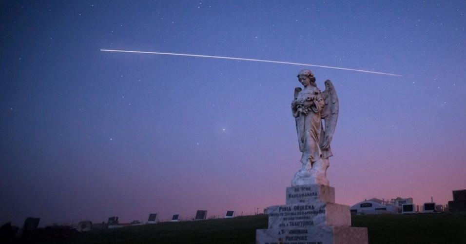 O internauta Andrew Caldwell registrou a passagem da ISS de dentro de cemitério da Baía de Hawke, na Nova Zelândia