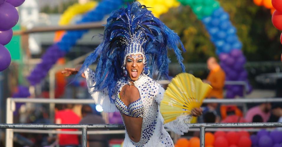 20.jul.2014 - Centenas de pessoas participaram da 14ª edição da Parada LGBT (Lésbicas, Gays, Bissexuais e Transgêneros) em Madureira, na zona norte da cidade do Rio de Janeiro, neste domingo (20). O evento contou com vários trios elétricos