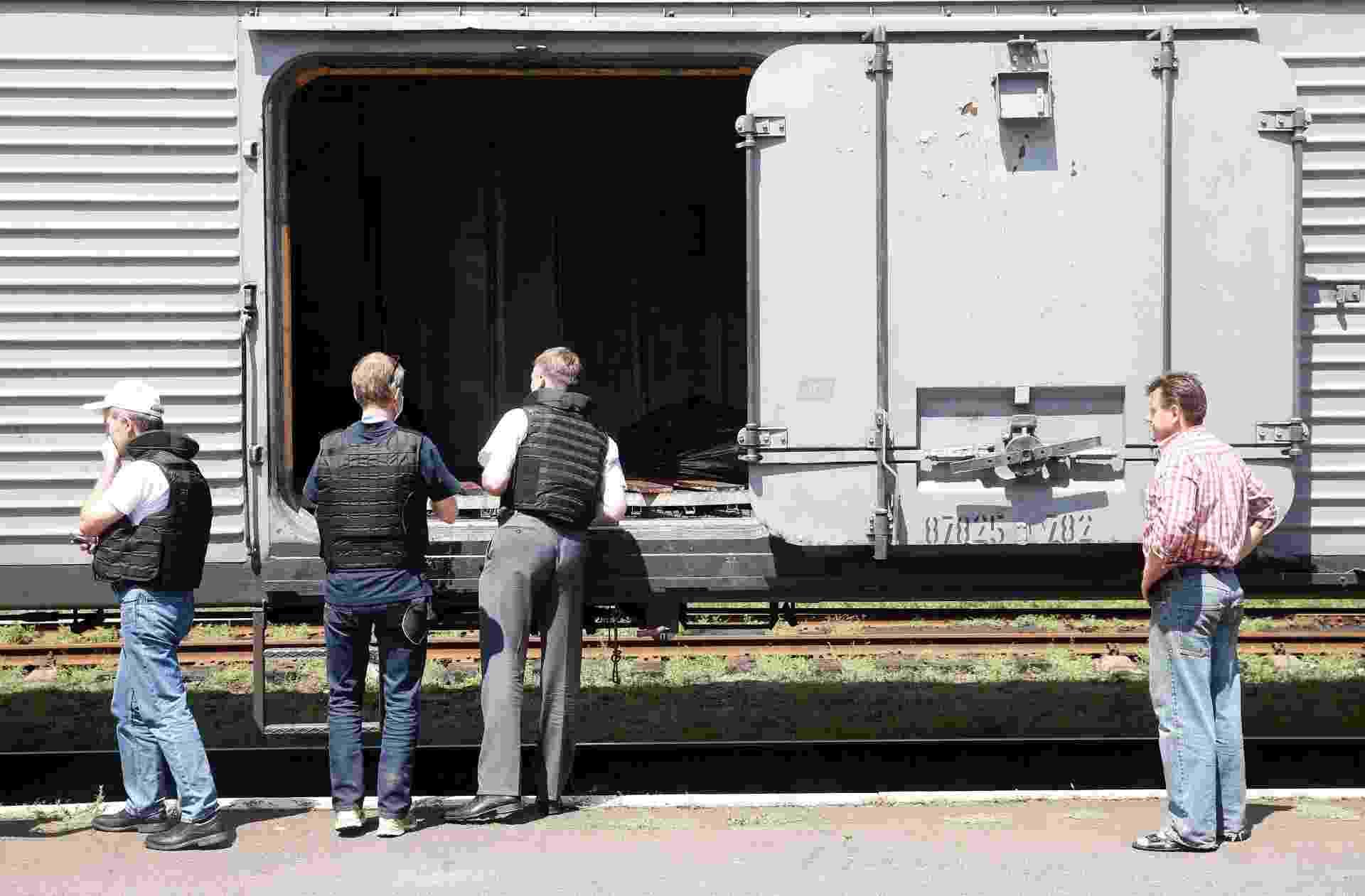 20.jul.2014 - Monitores da OSCE (Organização para Segurança e Cooperação na Europa) inspecionam um vagão refrigerado que, de acordo com moradores locais, contém corpos de vítimas do voo MH17, que caiu na fronteira leste da Ucrânia na última quinta-feira (17) matando 298 pessoas. Ainda não se sabe para onde os corpos estão sendo transferidos - Maxim Zmeyev/Reuters