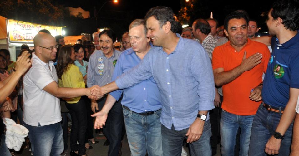 20.jul.2014 - O candidato do PSDB à presidência, Aécio Neves, faz corpo a corpo com populares durante campanha no Crato (CE), neste sábado (19)