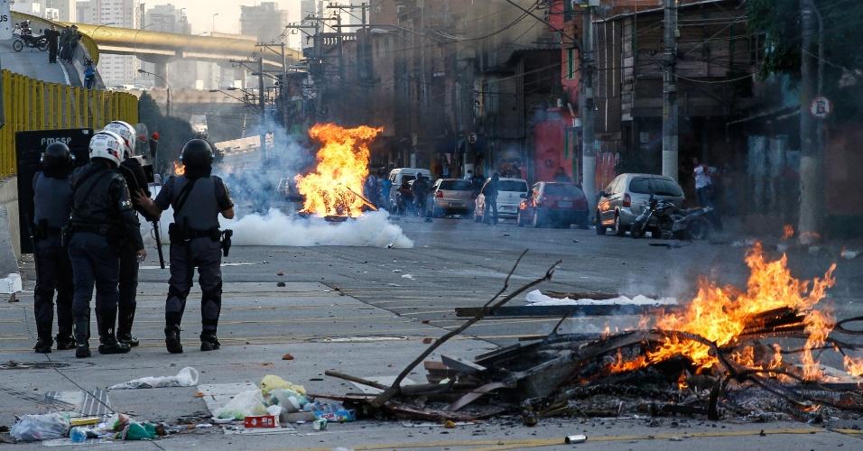 21.jul.2014 - Cerca de 70 pessoas queimaram pneus e entulhos bloqueando a avenida Professor Luís Ignácio de Anhaia Melo, na zona leste de São Paulo, na tarde desta segunda-feira (21). O grupo era formado por moradores da região da Vila Prudente e protestava contra a morte de um jovem após uma abordagem policial. Segundo a assessoria da PM, ele teria resistido à abordagem e atirado contra os policiais, que atiraram de volta