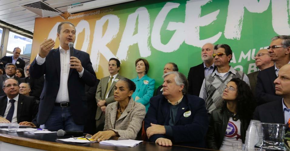 21.jul.2014 - O candidato à Presidência da República, Eduardo Campos (PSB) (esq), acompanhado de sua vice Marina Silva (2ª à esq), participa da inauguração do comitê de campanha na Vila Mariana, na zona sul de São Paulo, na manhã desta segunda- feira (21)