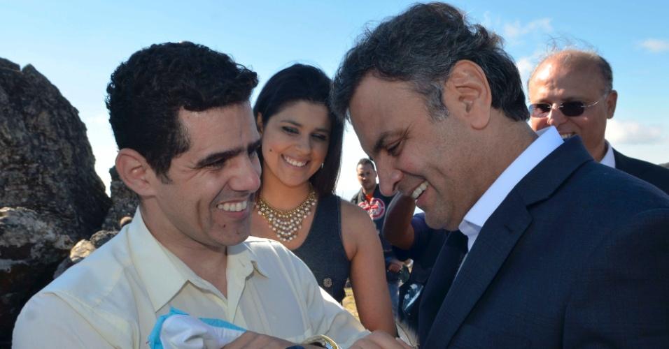 21.jul.2014 - O candidato do PSDB à Presidência da República, Aécio Neves(centro), visita o Santuário Nossa Senhora da Piedade, em Caeté (MG), nesta segunda-feira (21)