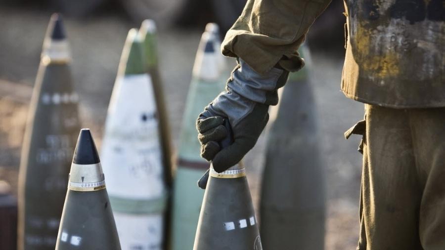Soldado israelense carrega míssil em unidade de artilharia móvel na fronteira de Israel com a faixa de Gaza - Nir Elias/Reuters