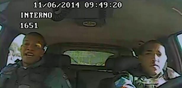 As afirmações foram gravadas pela câmera do carro onde os cabos trabalhavam no dia da morte do adolescente - Reprodução/TV Globo