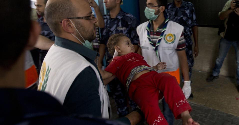 20.jul.2014 - Criança palestina ferida chega ao hospital Al-Shifa, na faixa de Gaza, neste domingo (20). O exército de Israel afirmou que está expandindo sua ofensiva terrestre contra a faixa de Gaza