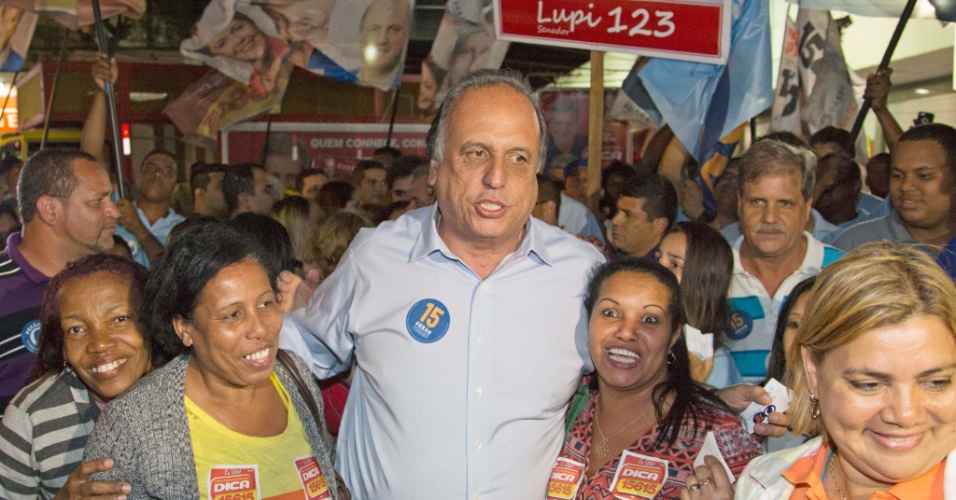 22.jul.2014 - 22.jul.2014 - O candidato ao governo do Rio de Janeiro, Luiz Fernando Pezão (PMDB-RJ), participa de caminhada no centro de Duque de Caxias, nesta terça-feira (22)
