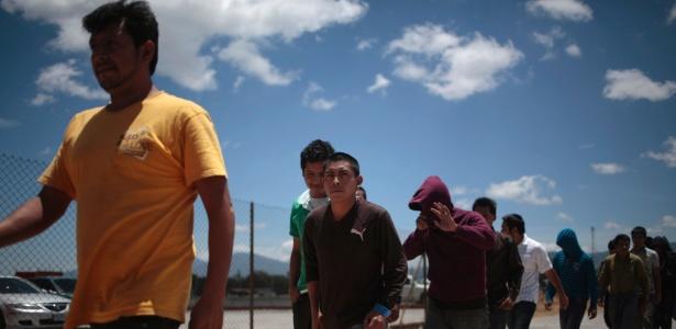 Imigrantes deportados de Phoenix desembarcam na Cidade da Guatemala, em 2014