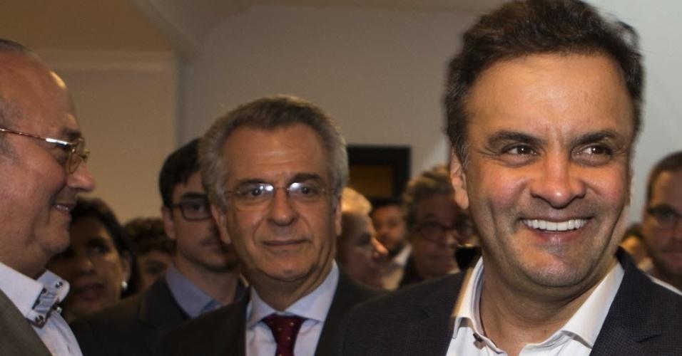 22.jul.2014 - O senador e candidato à Presidência pelo PSDB, Aécio Neves, visita o comite tucano na Avenida Brasil, na zona oeste de São Paulo