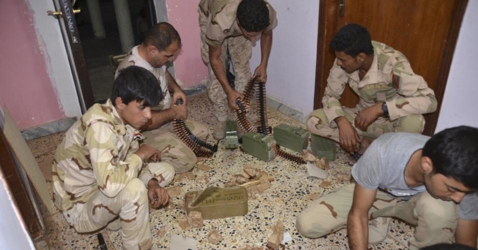 22.jul.2014 - Soldados iraquianos carregam suas armas antes de uma patrulha na Universidade de Tikrit, onde as forças especiais entraram em confronto com combatentes jihadistas em junho